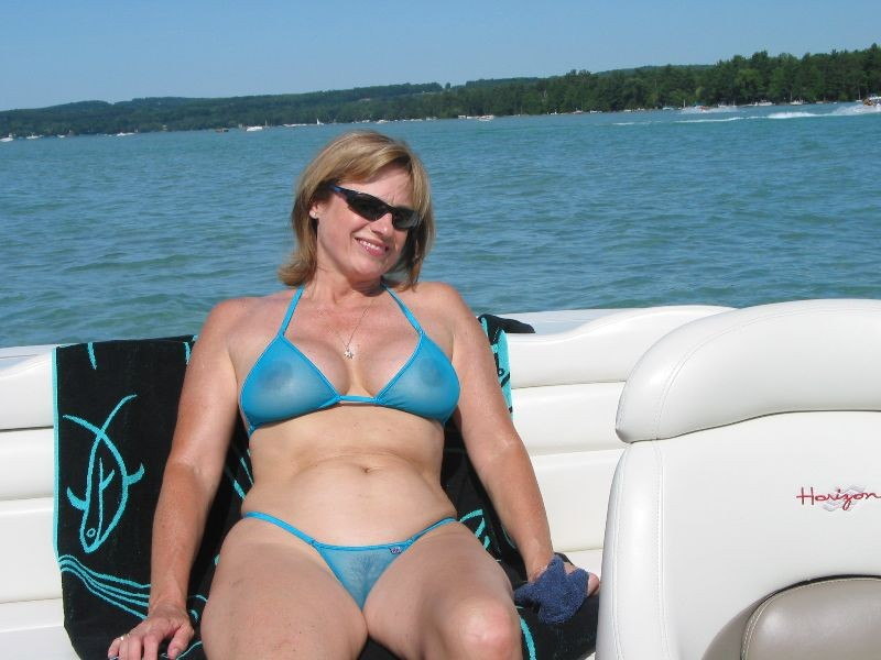milf on a boat letting everyone who passes by see her big tits and pussy