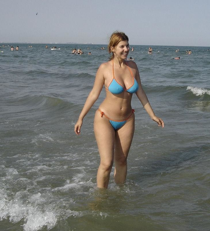 thicc milf on the beach in a skimpy bikinii